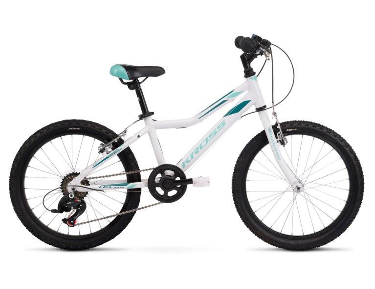 Biały rower dla dziecka marki kross, odpowiedni dla dzieci w wieku 8-12 lat.