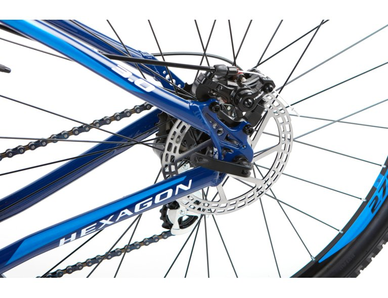 Wygodny rower trekkingowy w kolorze niebieskim