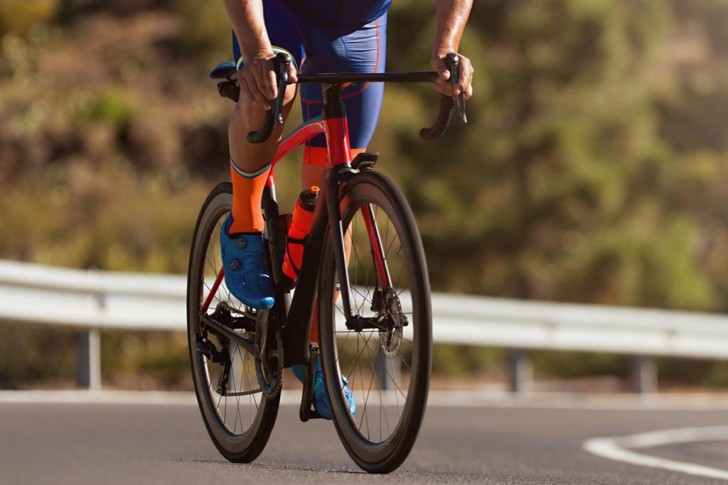 mężczyzna jedzie na wygodnym rowerze szosowym