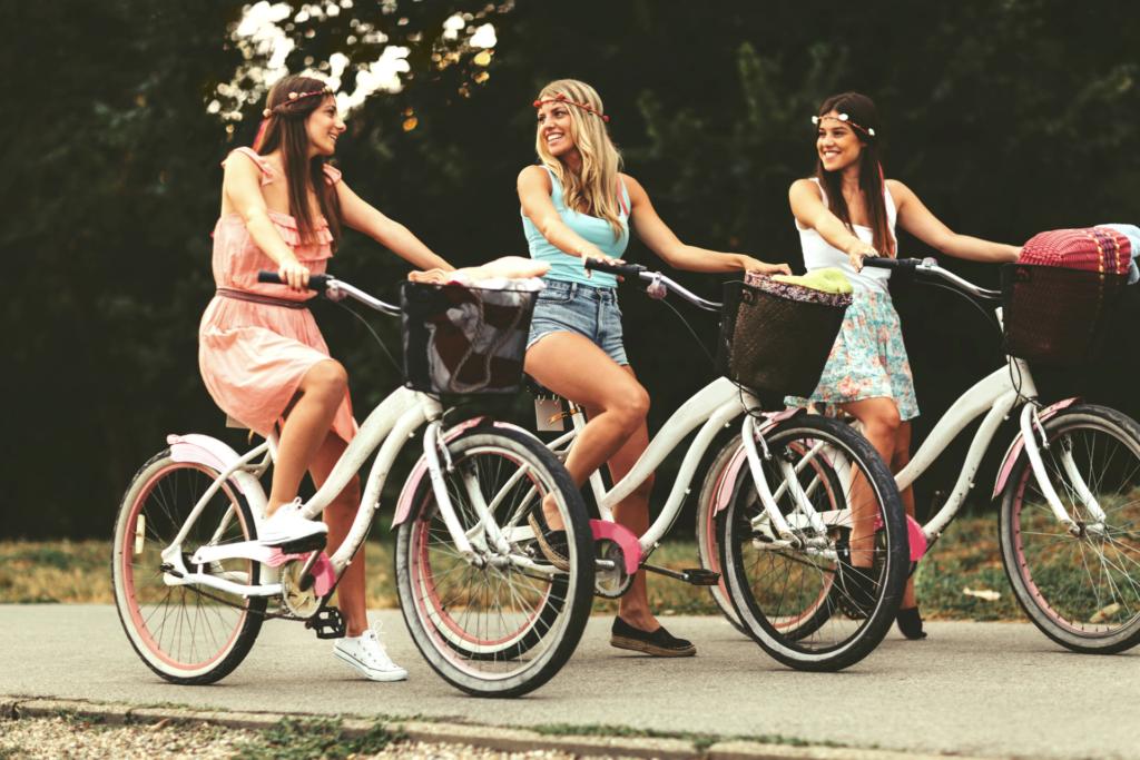 rowerzystki jadą na wygodnych rowerach miejskich kupionych w sklepie rowerowym