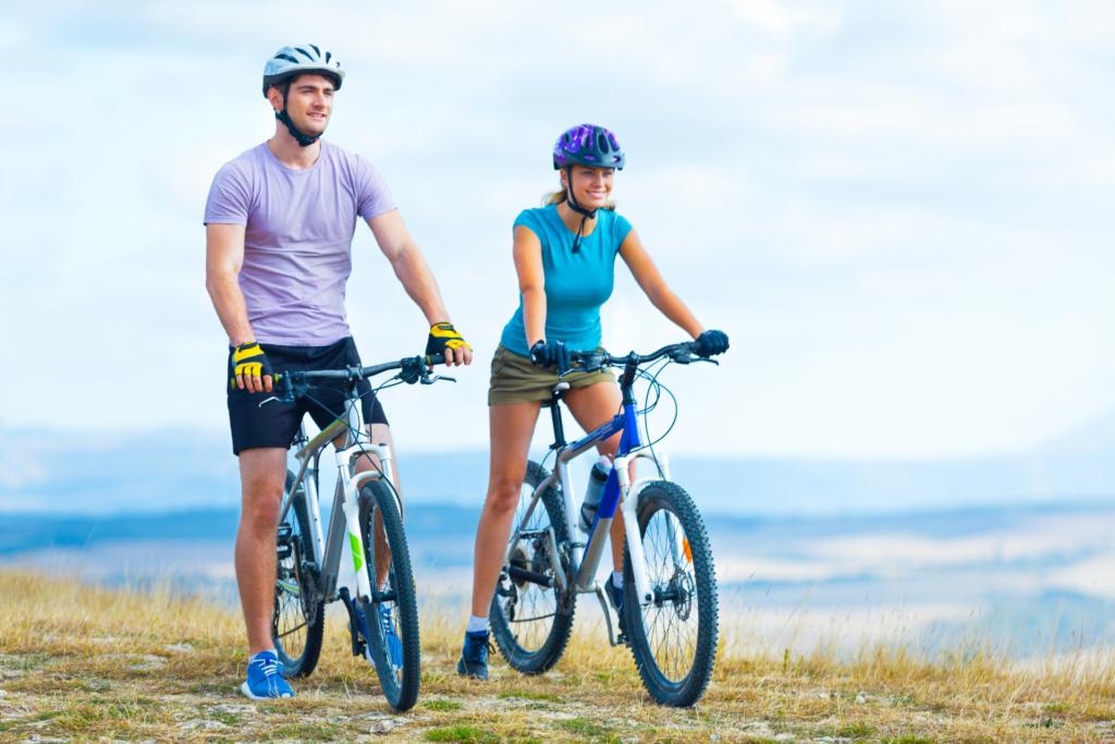 Zadowolona para na wygodnych rowerach trekingowych