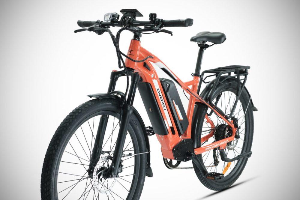 wygodny rower elektryczny w sklepie rowerowym